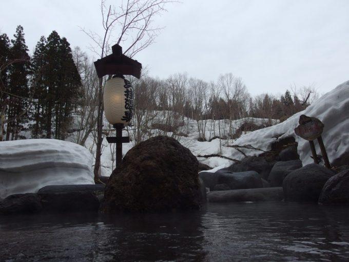 奥湯沢目の湯貝掛温泉ぬる湯に浸かり眺める雪景色