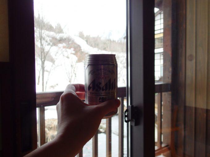 奥湯沢目の湯貝掛温泉湯上がりに冷たいビールと銀世界