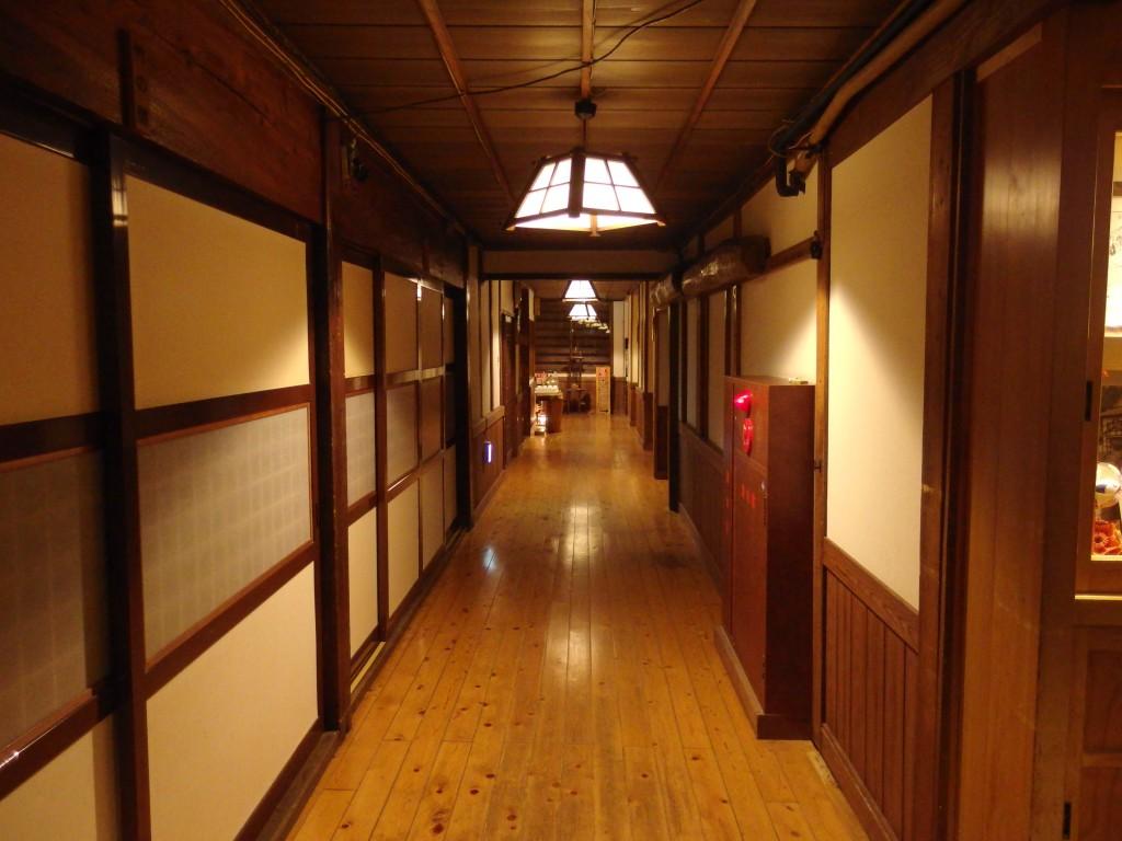奥湯沢目の湯貝掛温泉歴史ある味わい深い廊下