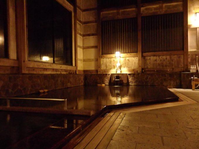 奥湯沢目の湯貝掛温泉夜の風情ある湯屋