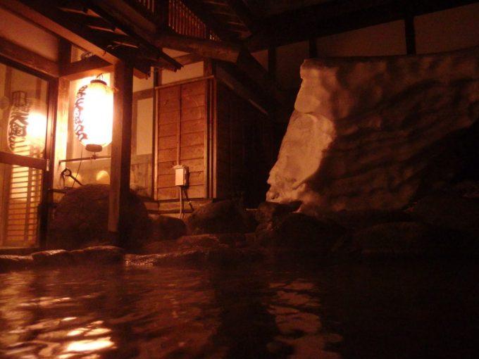 奥湯沢目の湯貝掛温泉夜の雪見露天風呂