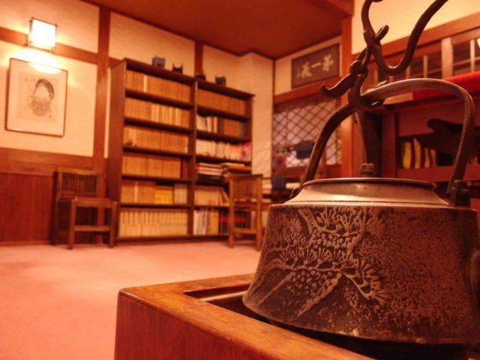奥湯沢目の湯貝掛温泉味わい深い部屋と本の数々