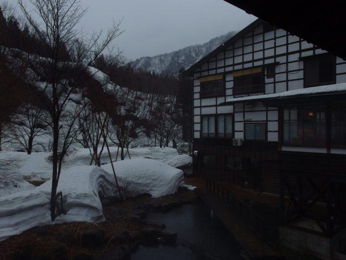 雪解けの奥湯沢目の湯貝掛温泉雨の午後