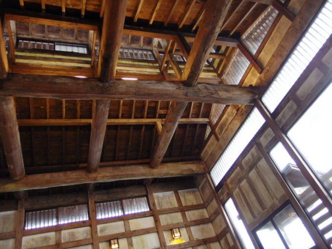 奥湯沢目の湯貝掛温泉重厚な湯屋の柱組
