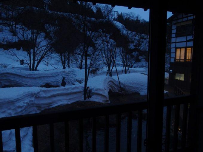 雪解けの奥湯沢目の湯貝掛温泉夕暮れの雪景色