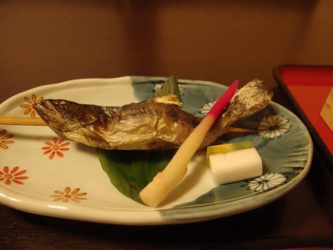 奥湯沢目の湯貝掛温泉丸ごと食べられる岩魚の塩焼き