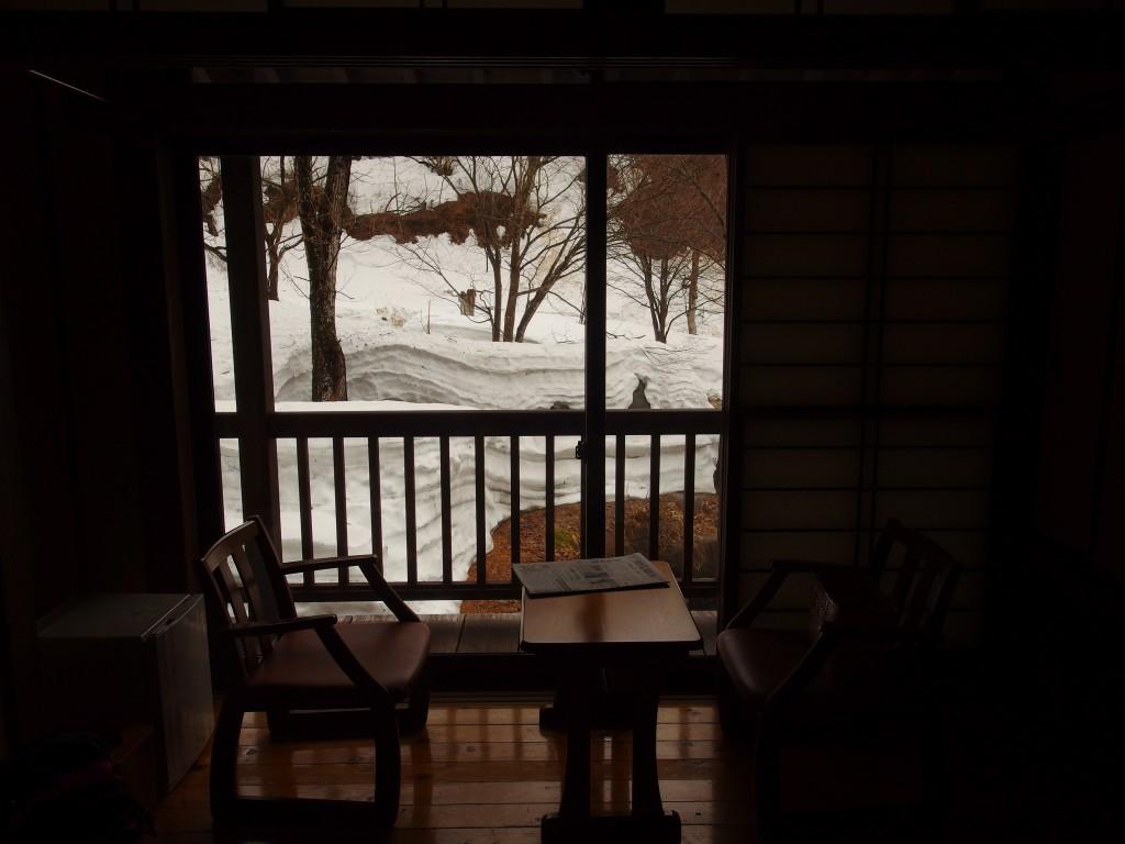 春の残雪貝掛温泉で迎える朝
