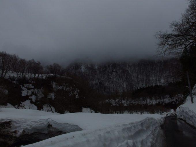 雪解けの貝掛温泉からの一本道
