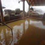 苗場温泉雪ささの湯黄金色のお湯が満たされた雪見露天風呂