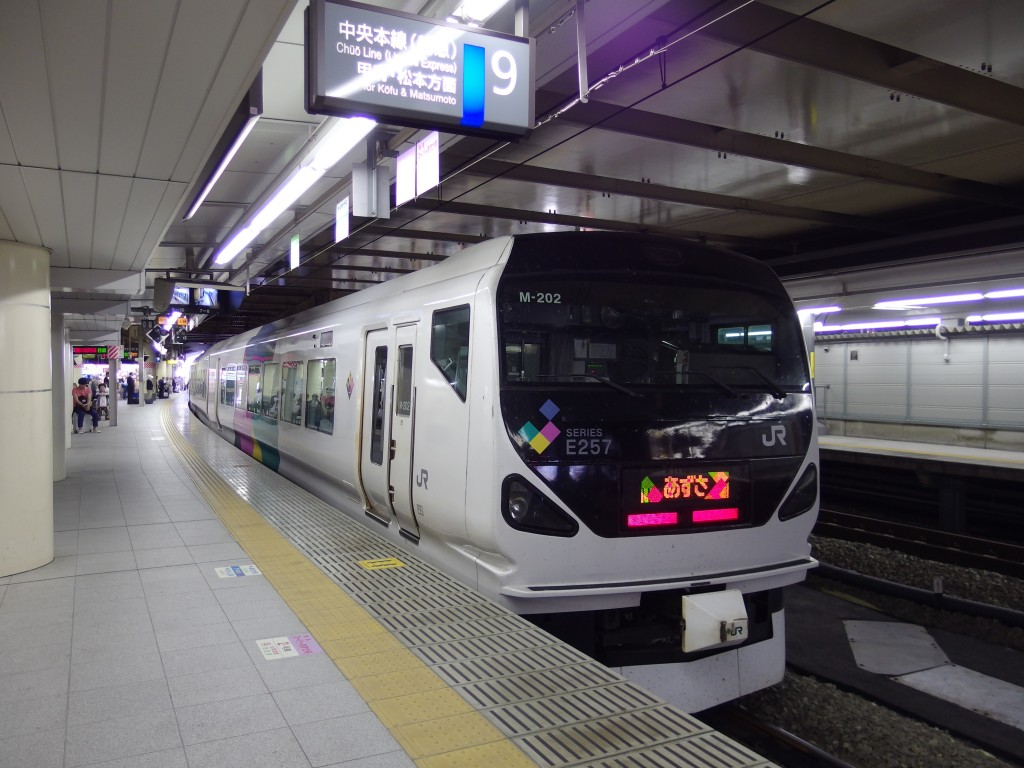 新宿駅中央本線特急あずさ号松本行きE257系