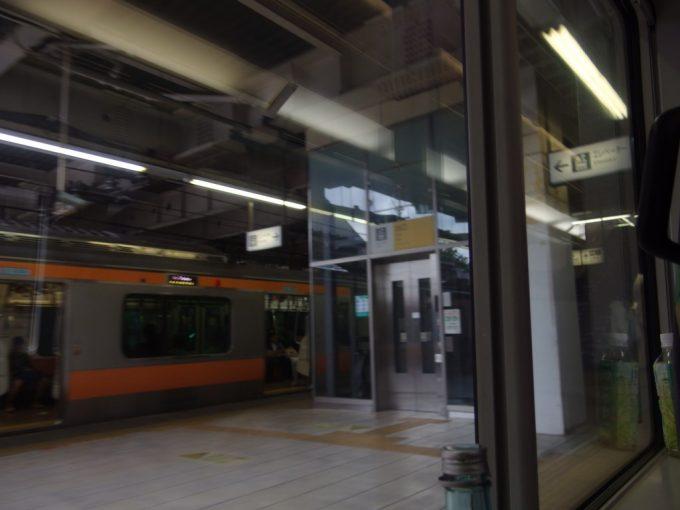 中央本線特急あずさ号で思い出の生まれ故郷三鷹駅を通過