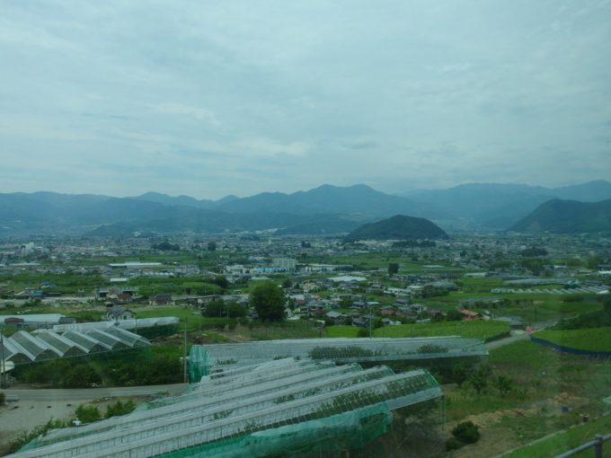 中央本線特急あずさ号は険しい山を抜け車窓に広がる甲府盆地