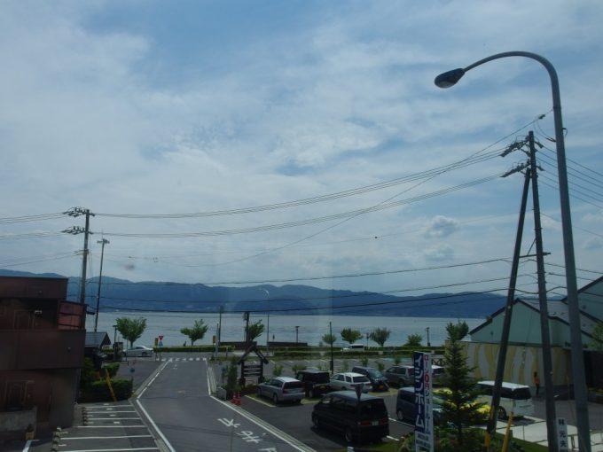 中央本線特急あずさ号車窓に広がる輝く諏訪湖