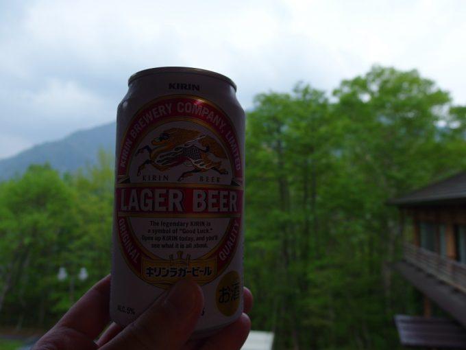 秘湯中の湯温泉旅館湯上がりに新緑と冷たいビール