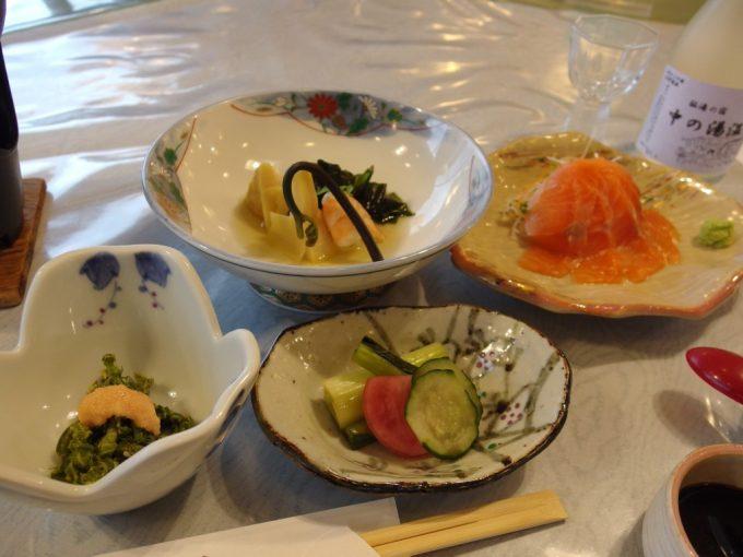 秘湯中の湯温泉旅館サーモン刺身たけのこわらびの煮物こごみたらこマヨ