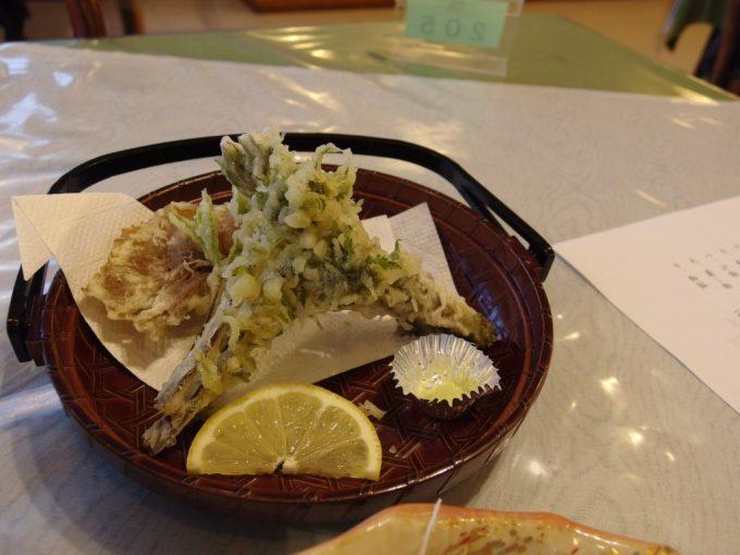 秘湯中の湯温泉旅館サービスの山菜天ぷら山葡萄が美味