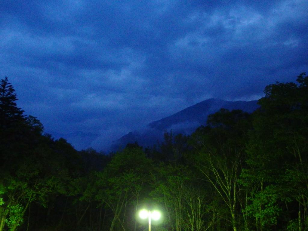 秘湯中の湯温泉旅館客室から眺めるアルプスの夕暮れ