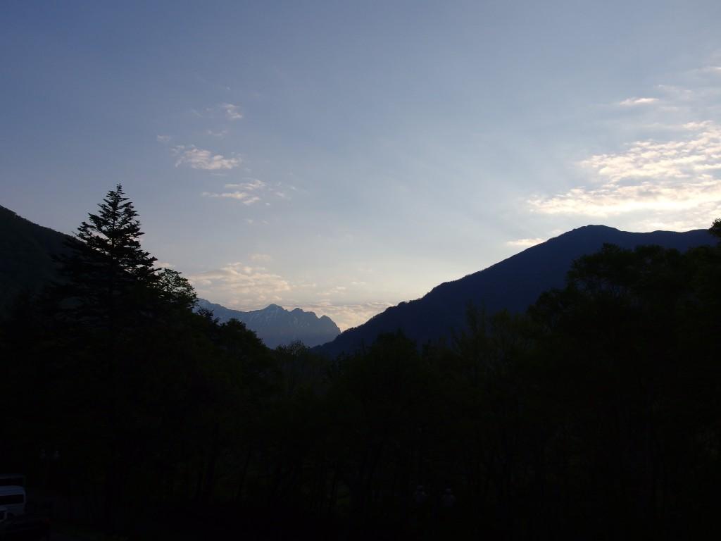秘湯中の湯温泉旅館からのアルプスの夜明け