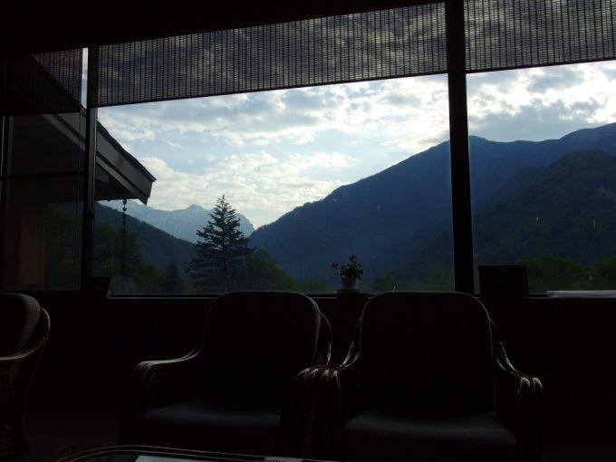 秘湯中の湯温泉旅館ロビーから眺める鮮やかな朝の景色の移り変わり