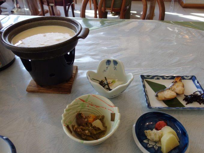 秘湯中の湯温泉旅館朝食作りたて豆腐サバ節の煮物長芋