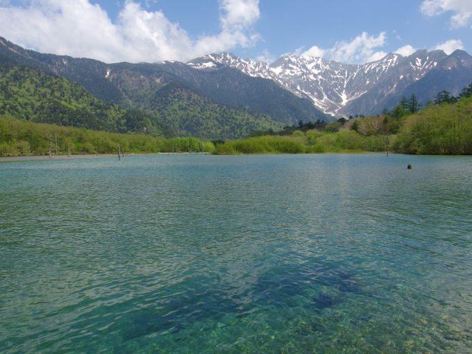 初夏の上高地抜けるような青空と碧い大正池、残雪の穂高岳