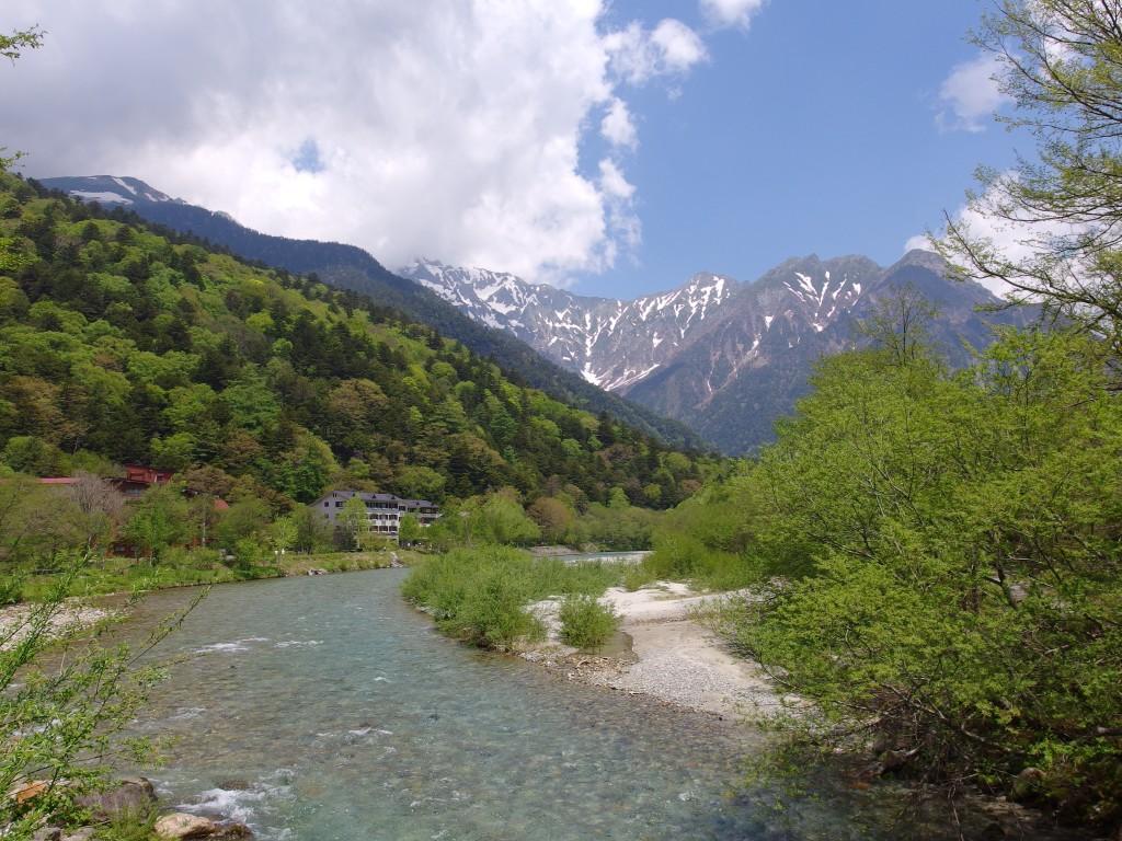 初夏の上高地穂高の山を見据えてさらに歩く