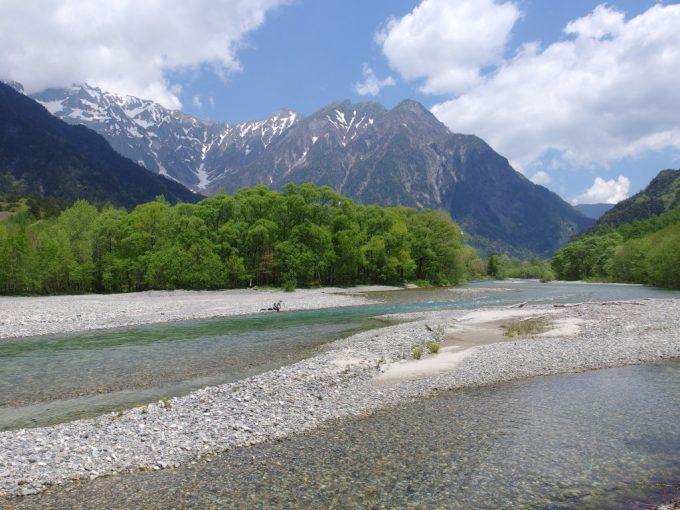 初夏の上高地梓川の河原でお弁当を食べる人々