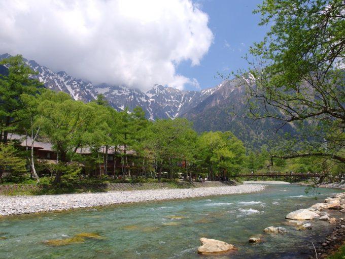 上高地の象徴河童橋初夏の新緑と青い空、白い雲