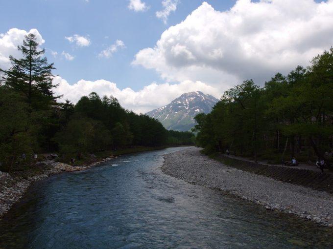 初夏の上高地河童橋上より焼岳方面を振り返る