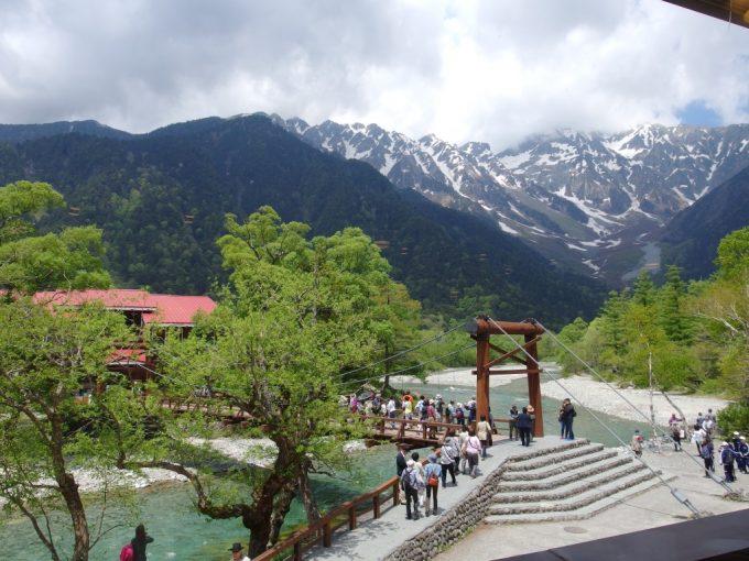 上高地河童食堂から眺める初夏の穂高岳と河童橋
