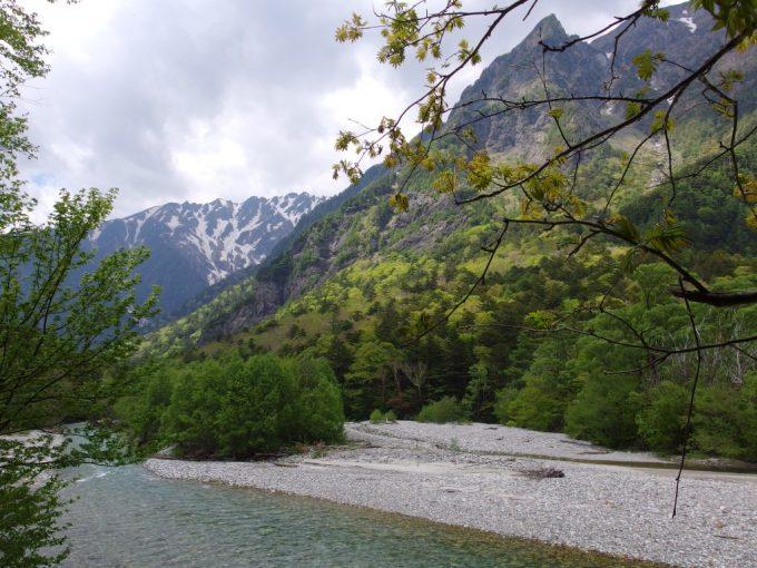 初夏の上高地穂高の山を彩る残雪と新緑のレース