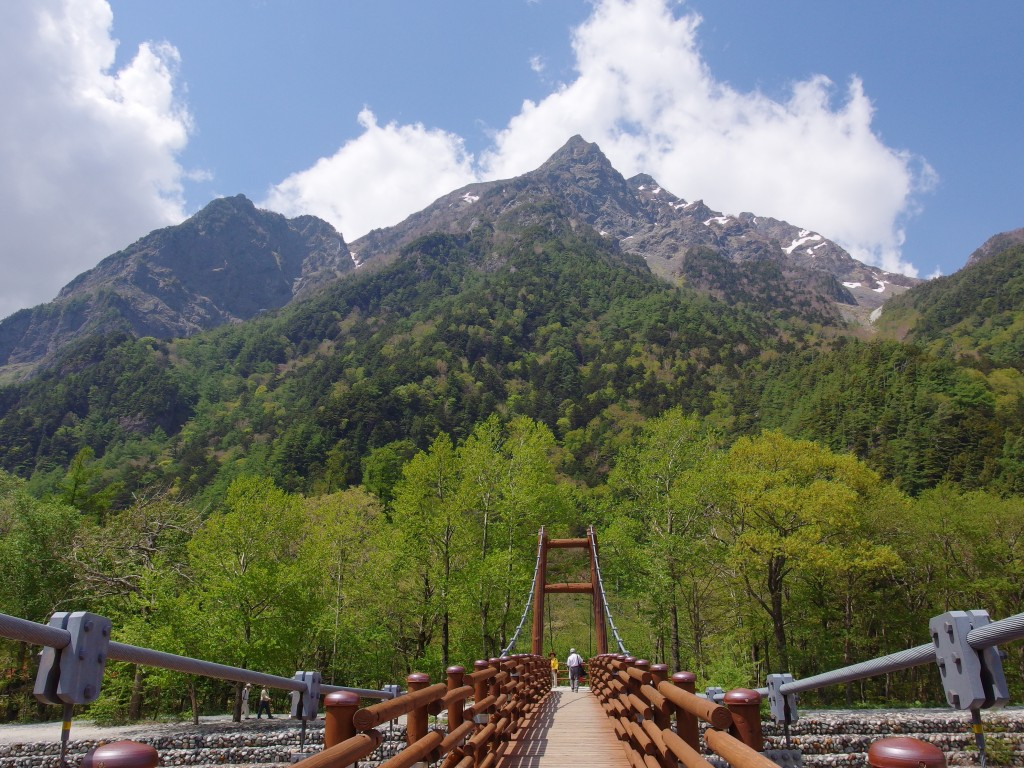 初夏の上高地神々しさすら覚える明神岳と明神橋