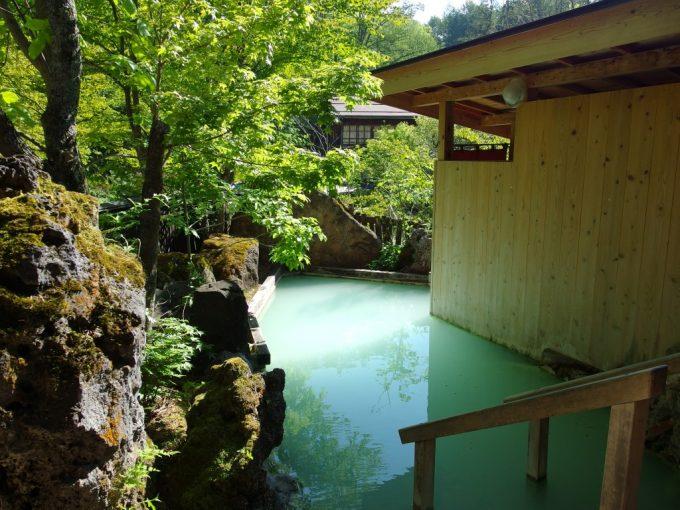 白骨温泉かつらの湯丸永旅館初夏の緑と青白い美しきにごり湯混浴露天風呂