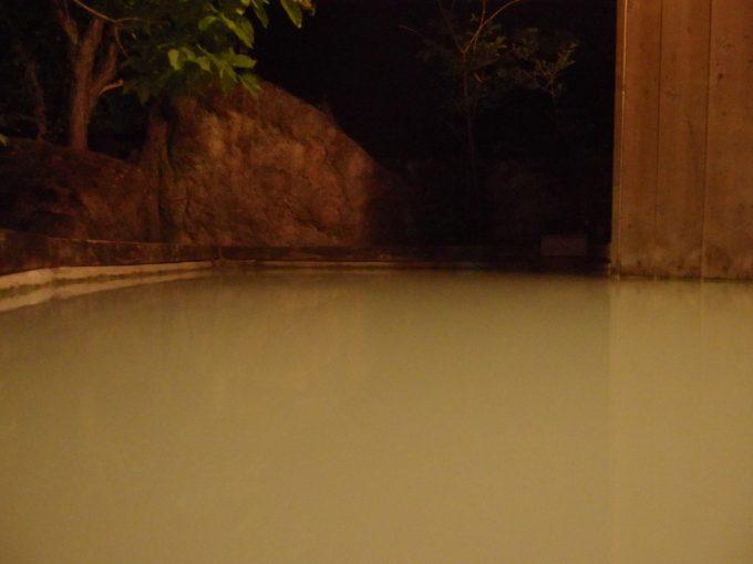 白骨温泉かつらの湯丸永旅館夜の静寂に包まれる白濁の混浴露天風呂