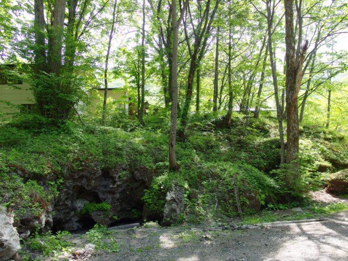 信州長野白骨温泉かつらの湯丸永旅館裏手に広がる独特の岩場