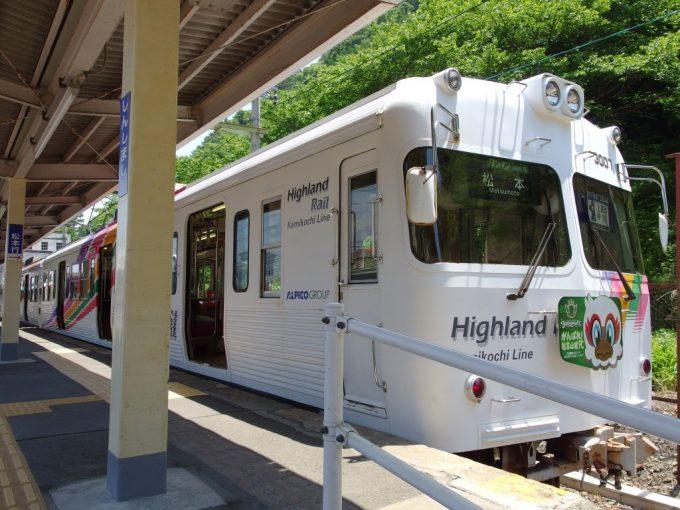 奇抜な色を纏う松本電鉄アルピコ交通上高地線旧井の頭線車両
