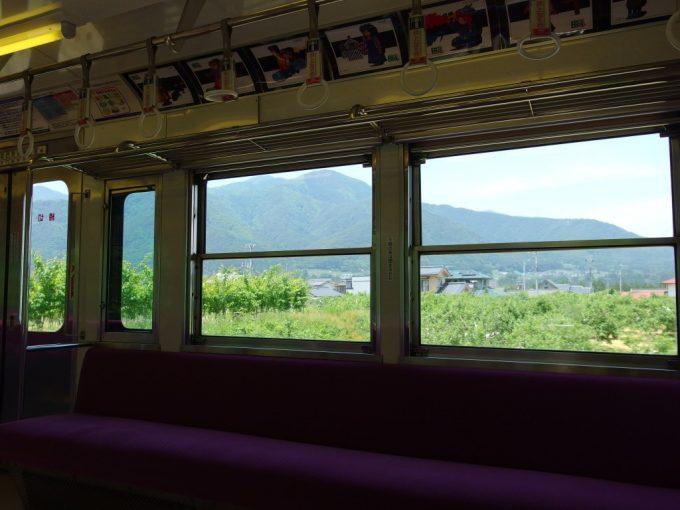 信州の新緑の光が溢れる上高地線旧井の頭線車両