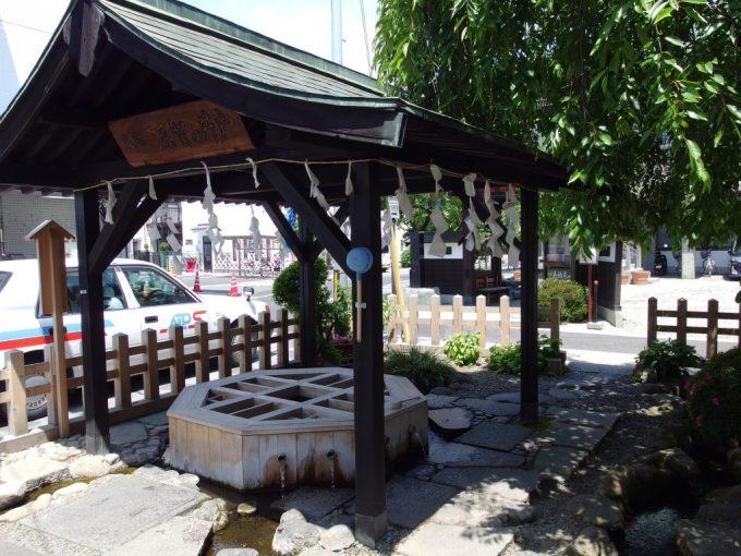 初夏の松本市街地に湧く源智の井戸