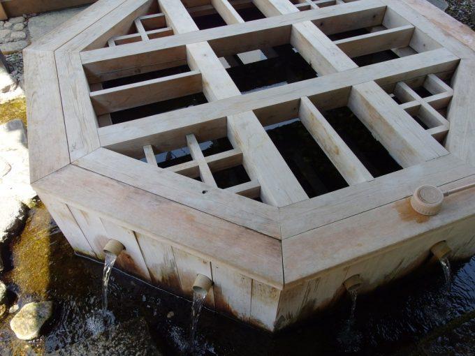 湧水の街松本初夏の火照った喉に美味しい源智の井戸の湧水