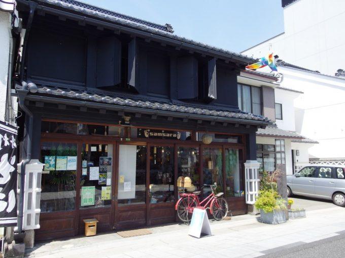 初夏の松本中町通り黒漆喰が美しい商店