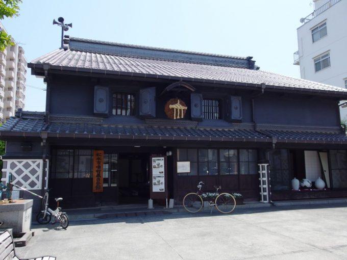 初夏の松本中町通り青空に映える黒い土蔵