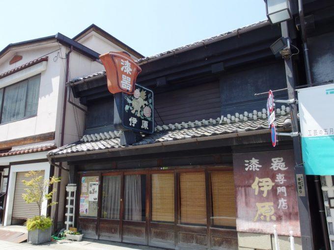 初夏の松本中町通り味わい深い看板が印象的な漆器屋さん