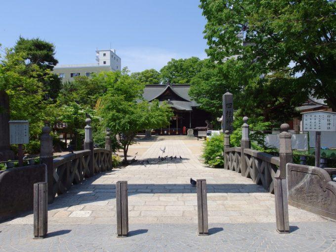 初夏の松本縄手通り入口四柱神社