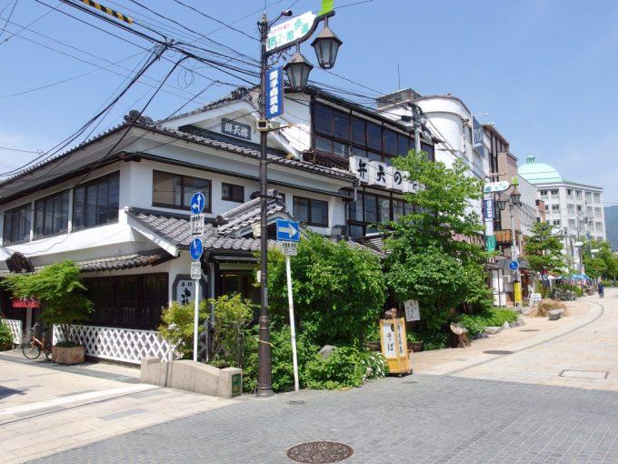 初夏の松本縄手通り重厚な木造三階建てのおそば屋さん