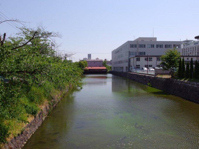 初夏の松本お堀に浮かぶ屋形船のようなお店かき船