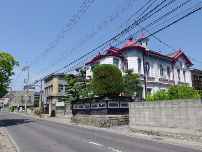 初夏の松本青空に映える洋館と渋い病院