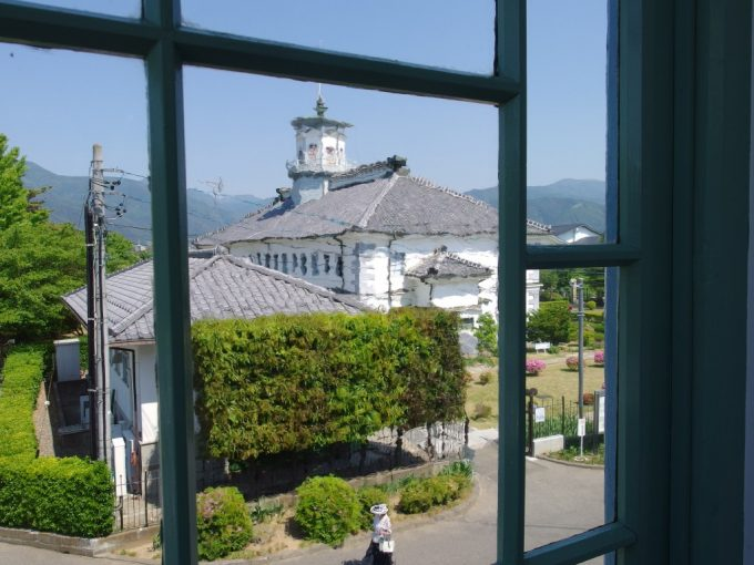 松本旧司祭館波打つ古いガラス越しに眺める旧開智学校
