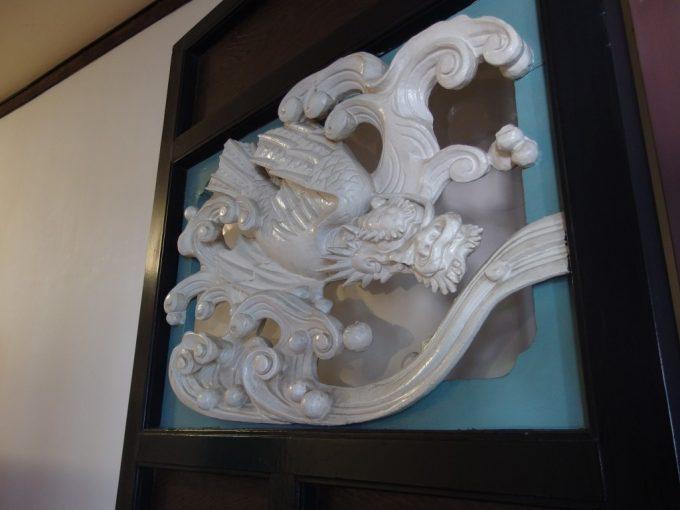 国の重要文化財旧開智学校扉に施された躍動的な龍の彫刻