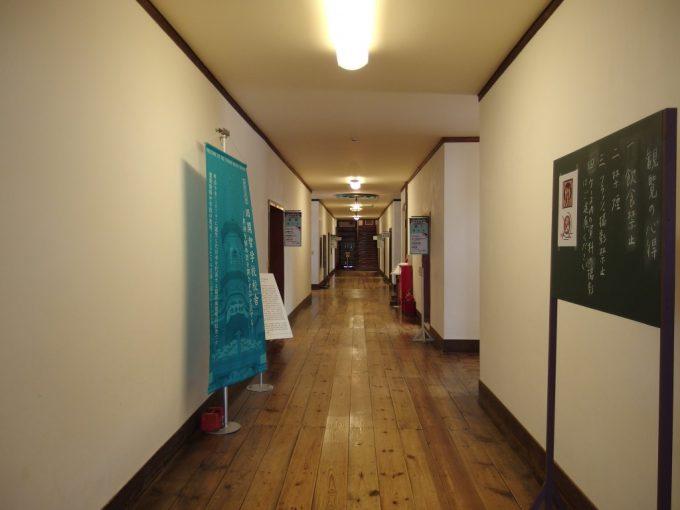 国の重要文化財旧開智学校学び舎の時代を感じさせる磨かれた廊下