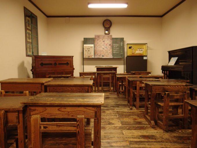 国の重要文化財旧開智学校小さな椅子に座り童心へと帰る